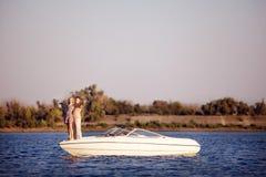 Junge Paare auf dem Boot stockbilder