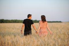 Junge Paare auf dem Gebiet Stockfotografie