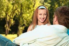 Junge Paare auf dem Picknick Lizenzfreie Stockfotos