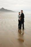 Junge Paare auf dem Strand Lizenzfreie Stockbilder