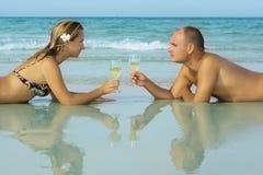 Junge Paare auf dem Strand Stockbilder