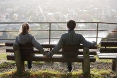 Junge Paare auf der Flussseite lizenzfreie stockfotos