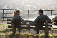 Junge Paare auf der Flussseite stockbilder
