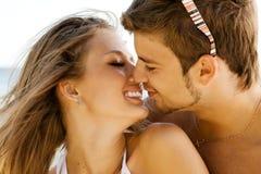 Junge Paare auf der Seeseite stockbild