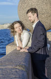Junge Paare auf der Ufergegend Stockfotos