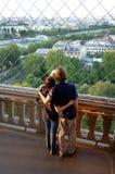 Junge Paare auf Eiffelturm Stockfotos