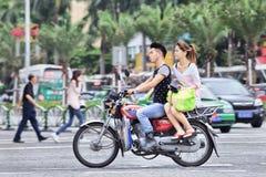 Junge Paare auf einem chinesischen Motorrad, Zhuhai, China lizenzfreie stockfotos