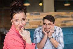 Junge Paare auf einem Datum Stockfotos