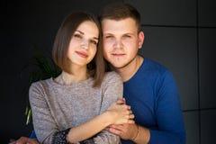 Junge Paare auf einem dunklen Hintergrund stockfotos