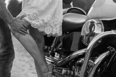 Junge Paare auf einem Motorrad auf dem Gebiet Stockfoto