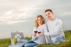 Junge Paare auf einem Picknick lizenzfreie stockfotografie