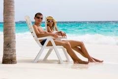 Junge Paare auf einem tropischen Strand Stockbild