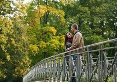 Junge Paare auf einer Brücke Lizenzfreie Stockbilder
