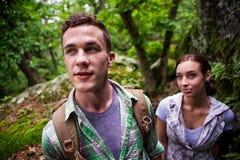 Junge Paare auf einer Wanderung Stockfotografie