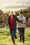 Junge Paare auf Landweg stockfoto