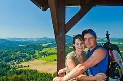Junge Paare auf Natur lizenzfreie stockfotografie