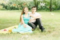 Junge Paare auf Natur lizenzfreie stockfotos