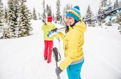 Junge Paare auf Ski-Ferien Lizenzfreie Stockfotos