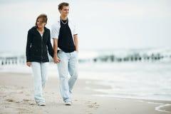 Junge Paare auf Strand Stockfotos