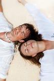 Junge Paare auf Strand Lizenzfreie Stockfotos