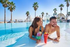 Junge Paare auf Unendlichkeitspoolcocktails Lizenzfreies Stockfoto