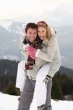 Junge Paare auf Winter-Ferien Stockfotos