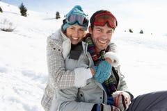 Junge Paare auf Winter-Ferien Stockfoto