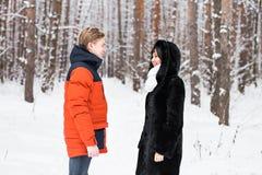 Junge Paare auf Winter-Ferien Lizenzfreie Stockbilder