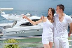 Junge Paare auf Yacht stockfotografie