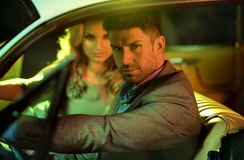 Junge Paare am Autoabenteuer Stockfotos