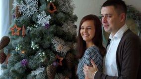 Junge Paare am Baum des neuen Jahres stock video footage