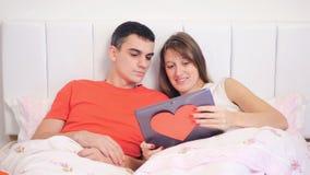 Junge Paare betrachten den Laptop stock video