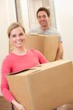 Junge Paare an beweglichem Tag Lizenzfreie Stockbilder