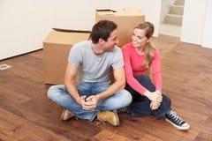 Junge Paare an beweglichem Tag Lizenzfreie Stockfotos