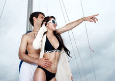 Junge Paare an Bord der Yacht stockbilder