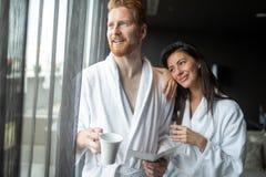 junge Paare in den Badem?ntel, die weg in der Badekurortmitte umfassen und schauen stockfotografie
