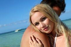 Junge Paare in den Feiertagen Lizenzfreie Stockfotografie