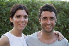 Junge Paare an den Feiertagen, schauend zur Kamera Lizenzfreies Stockfoto