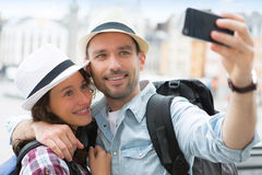 Junge Paare an den Feiertagen selfie nehmend Lizenzfreies Stockbild