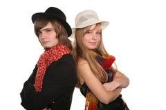 Junge Paare in den Hüten Stockfotografie