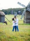 Junge Paare in den ukrainischen Hemden auf dem Feld Stockfoto