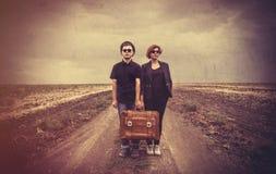 Junge Paare der Art mit suicase Lizenzfreie Stockfotos