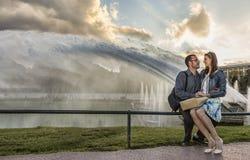 Junge Paare an der Dämmerung in Paris Stockbilder