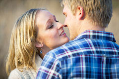 Junge Paare in der fast küssenden Liebe Lizenzfreie Stockbilder