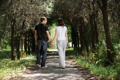 Junge Paare in der Gasse Lizenzfreies Stockfoto