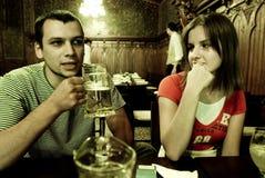 Junge Paare in der Gaststätte Stockfotografie