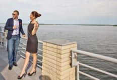 Junge Paare in der Gaststätte lizenzfreie stockfotografie