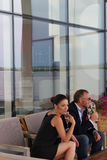 Junge Paare in der Gaststätte stockfotos