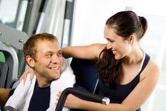 Junge Paare in der Gymnastik Stockfotos
