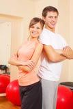 Junge Paare an der Gymnastik Stockfotografie